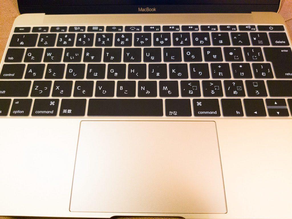 MacBook12インチ2017年モデルキーボードカバーとトラックパッドフィルムを貼った状態