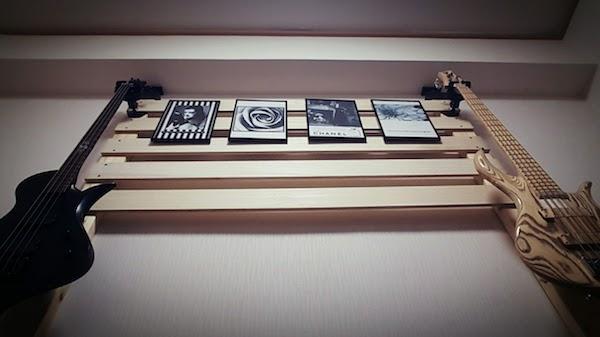 ギターハンガーでベースを壁掛けに。ディアウォールを利用