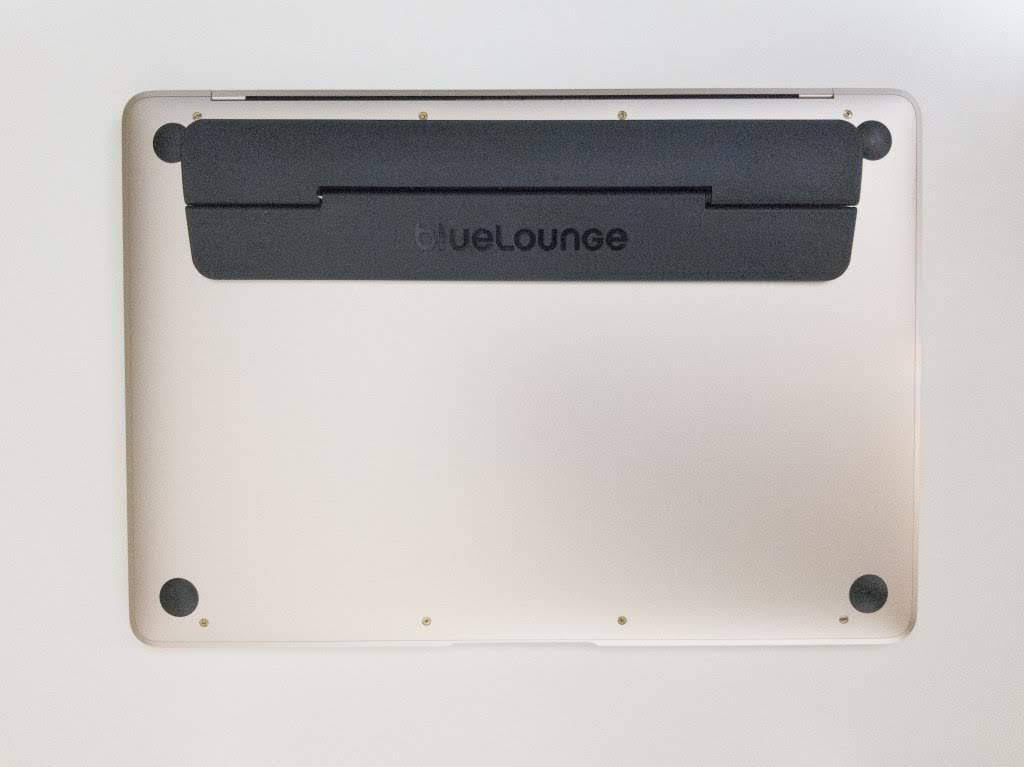 KickflipをMacBook12インチに貼り付けた状態