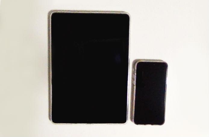 iPad 9.7インチ Wi-Fiモデル 128GB 2018年春モデルMR7J2J/A スペースグレイとiPhoneのサイズ比較