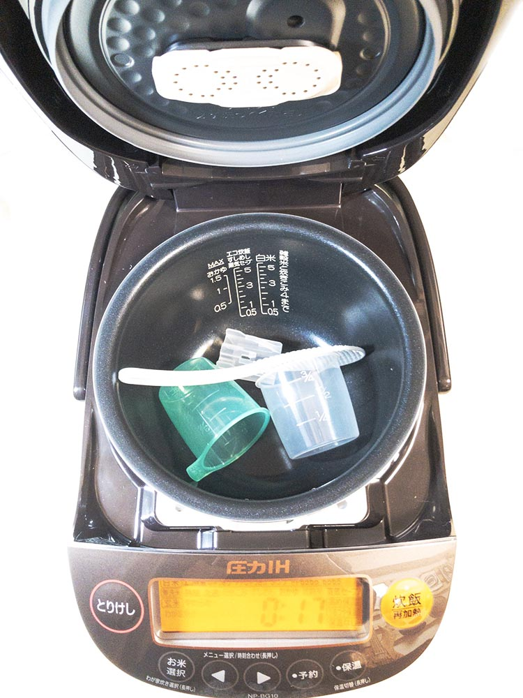 象印のNP-BG10-TD極め炊き炊飯器の蓋を開けた状態