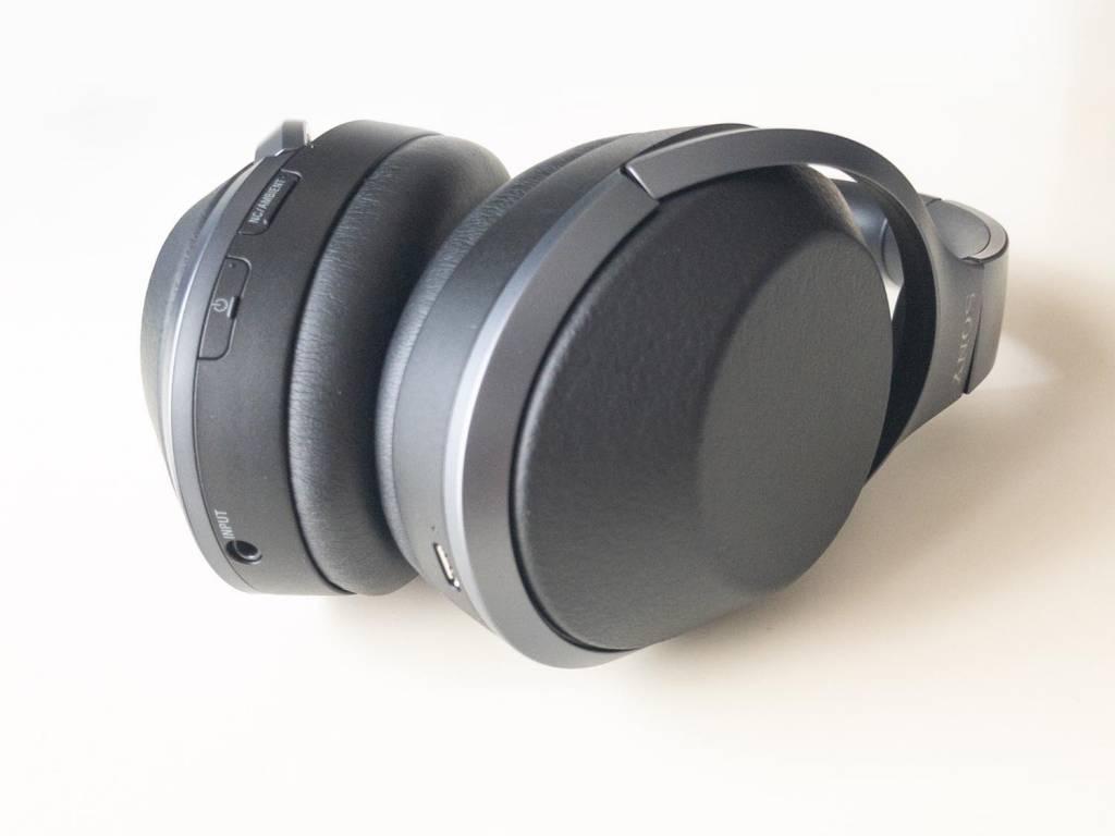 SONYのBluetoothヘッドホン「WH-1000XM2」入力端子やボタンは下部に集まっている