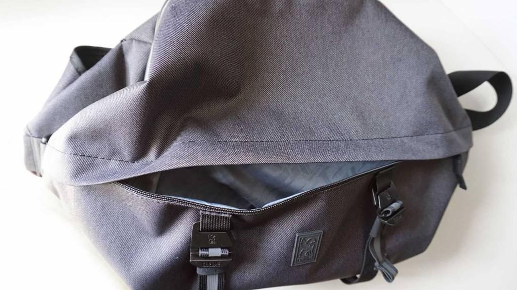 ChromeのスリングバッグVALE SLING BG267BK前面ポケット