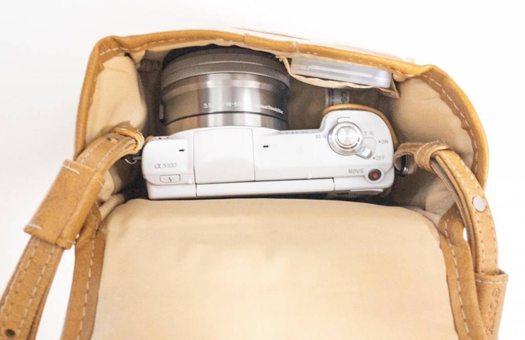 Sonyミラーレス一眼カメラα5100を純正カメラケースに入れた写真