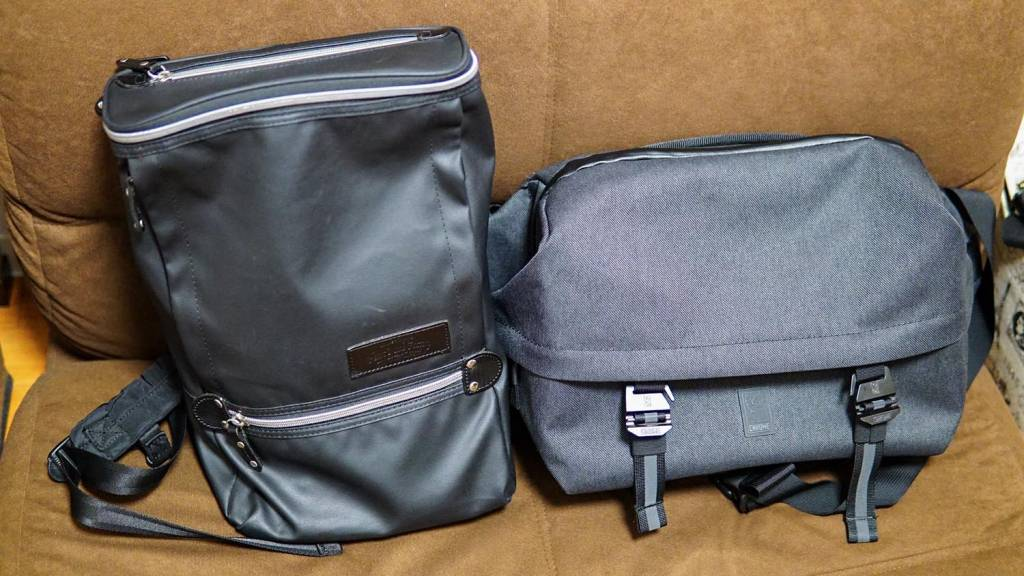 Chromeのスリングバッグとノーブランドバックパック