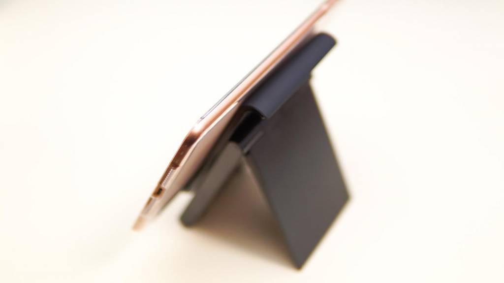 LamicallタブレットスタンドにiPad mini 5を乗せて斜め後ろから