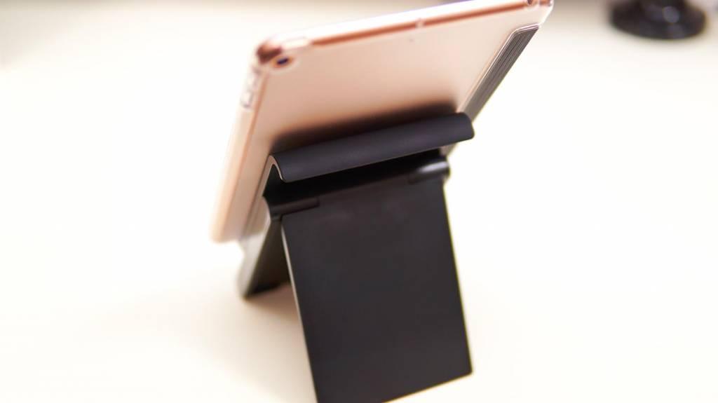 LamicallタブレットスタンドにiPad mini 5を縦に乗せて後ろから