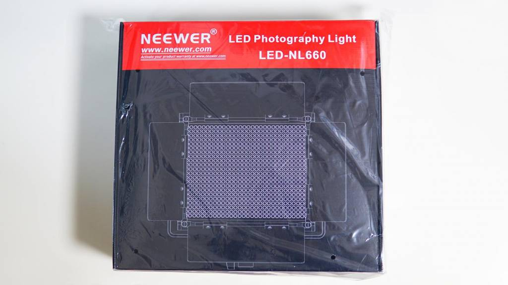 NeewerのLEDライト「NL-660」のパッケージ表面