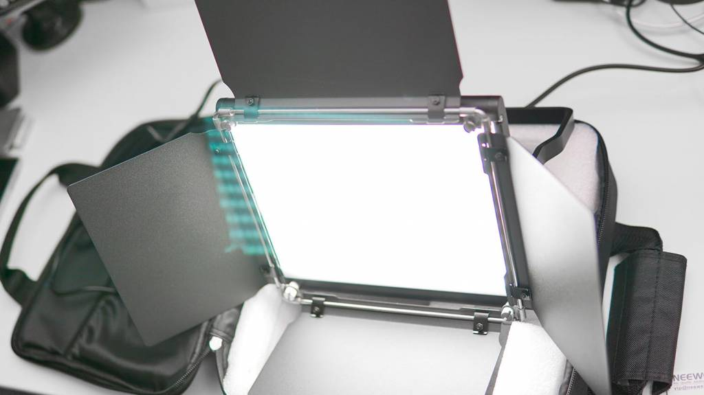 NeewerのLEDライト「NL-660」点灯