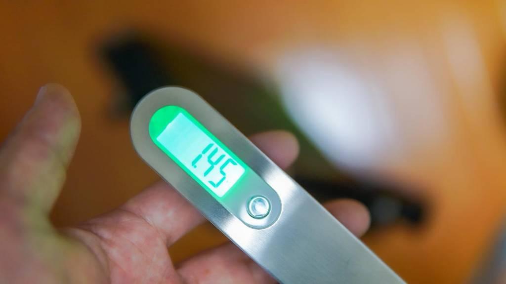 NEEWERのLEDライト「NL-660」の重さを測る