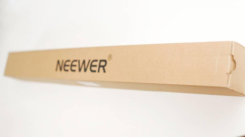 NEEWERのライトスタンド(6.23Feet/190cm)梱包状態