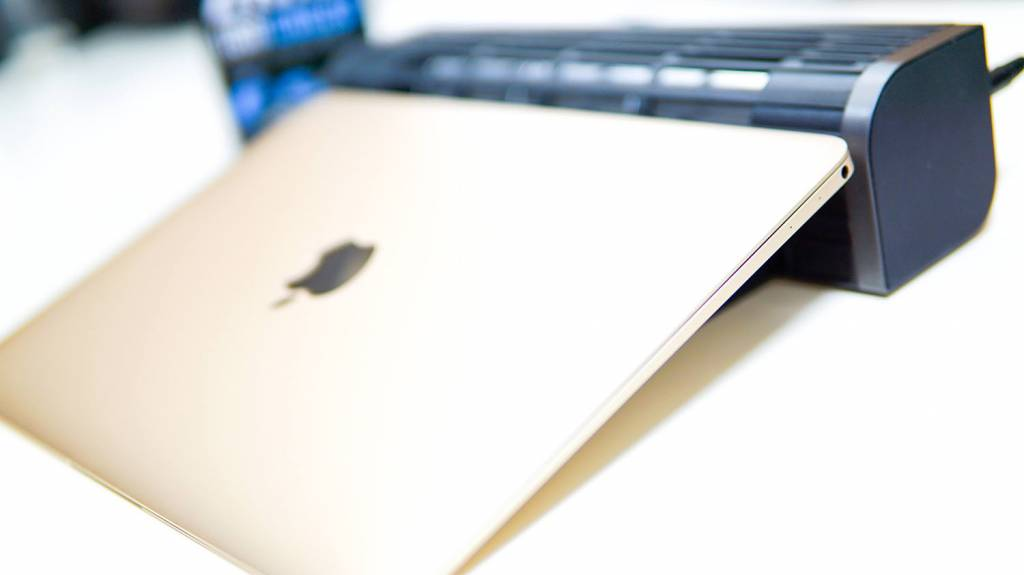 ELECOM(エレコム)USB扇風機「FAN-U177BK」にMacBookを乗せる