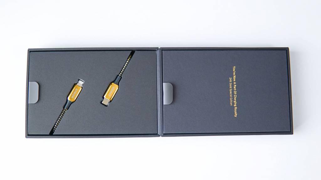 金のAnker PowerLine+ III USB-C & Lightningケーブル内箱