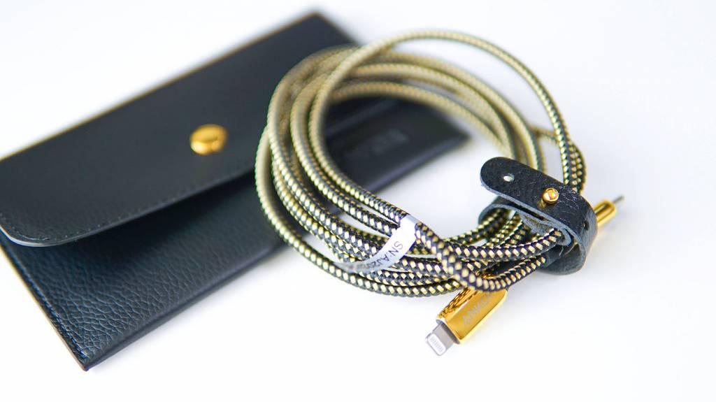 金のAnker PowerLine+ III USB-C & Lightningケーブルとポーチ