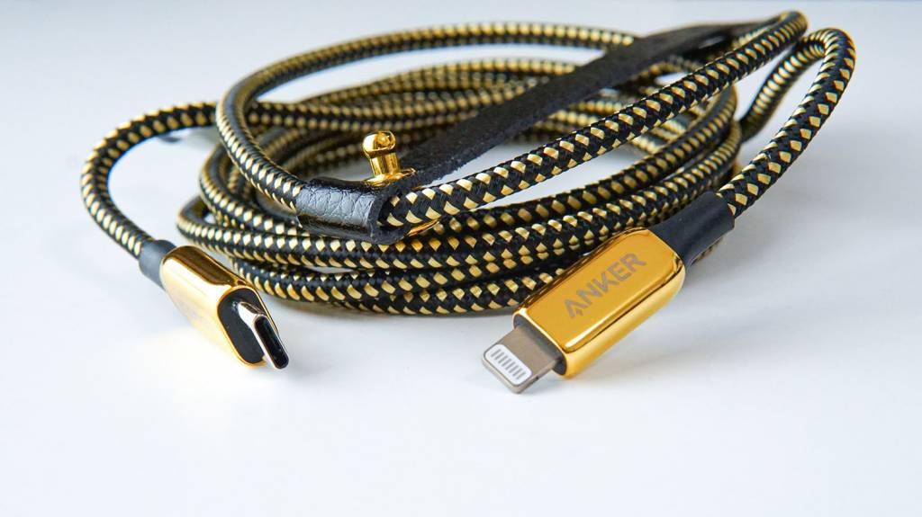 金のAnker PowerLine+ III USB-C & Lightningケーブル