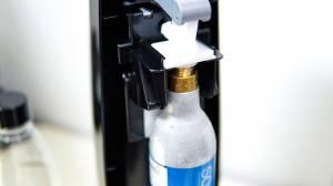 ソーダストリームへガスシリンダーをセットする方法