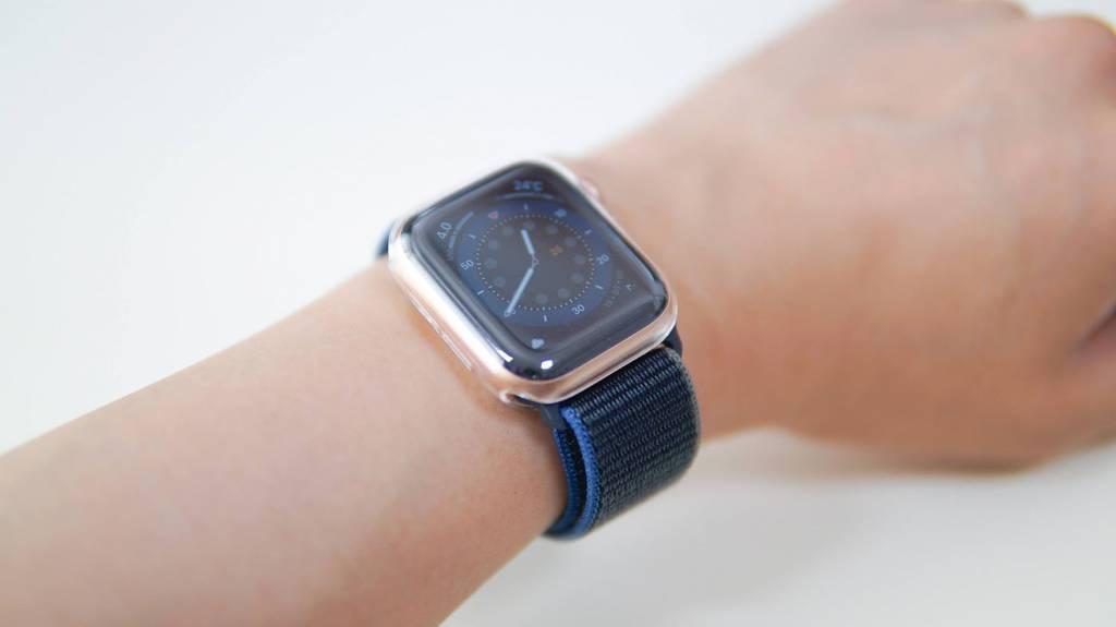 Apple Watch 6をルイログの腕に巻いている