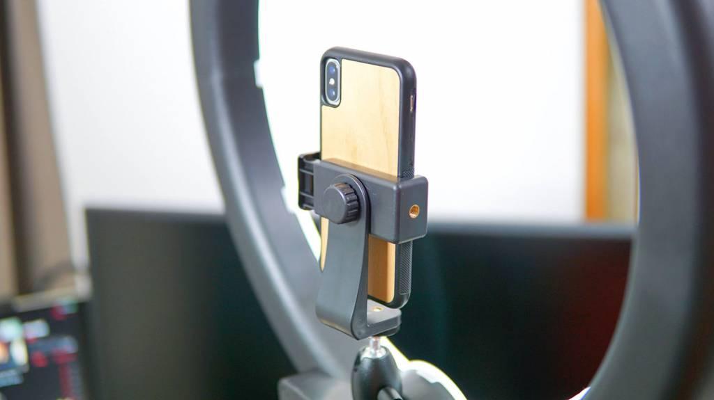 "Neewer LEDリングライトRL-18""LEDにiPhoneをセット"
