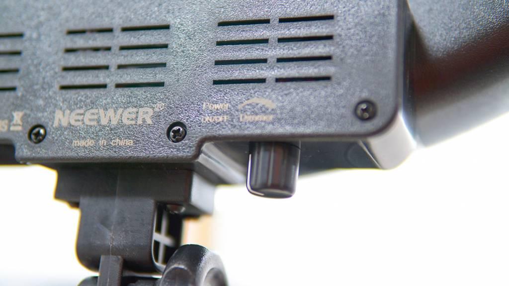 """Neewer LEDリングライトRL-18""""LEDの電源かつ調光ノブ"""