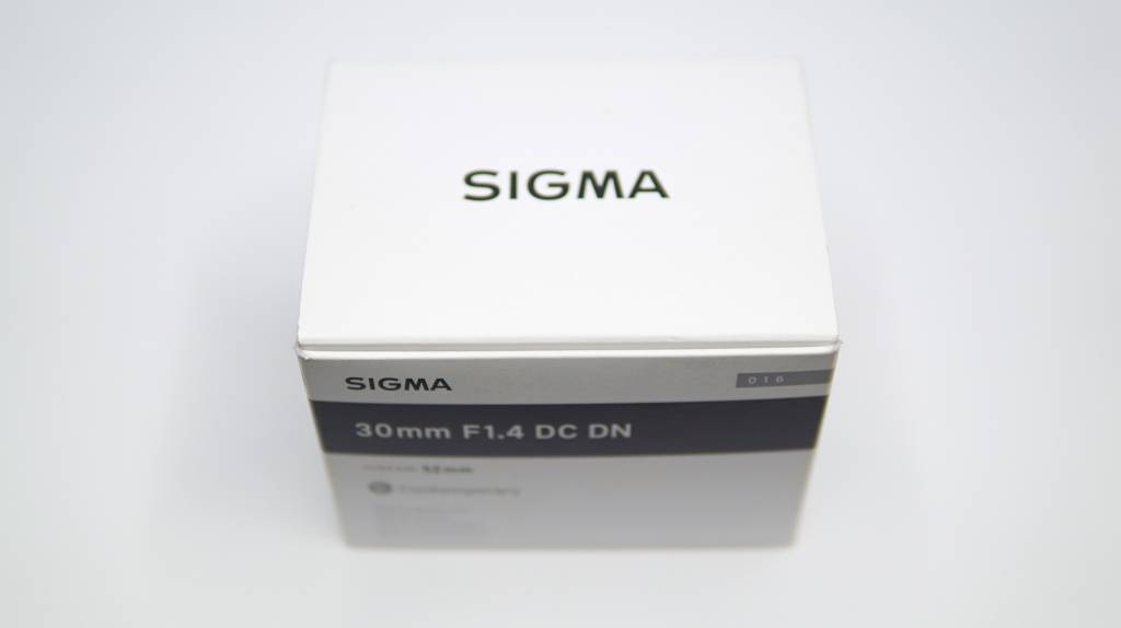 SIGMA 30mm F1.4 DC DNのパッケージ