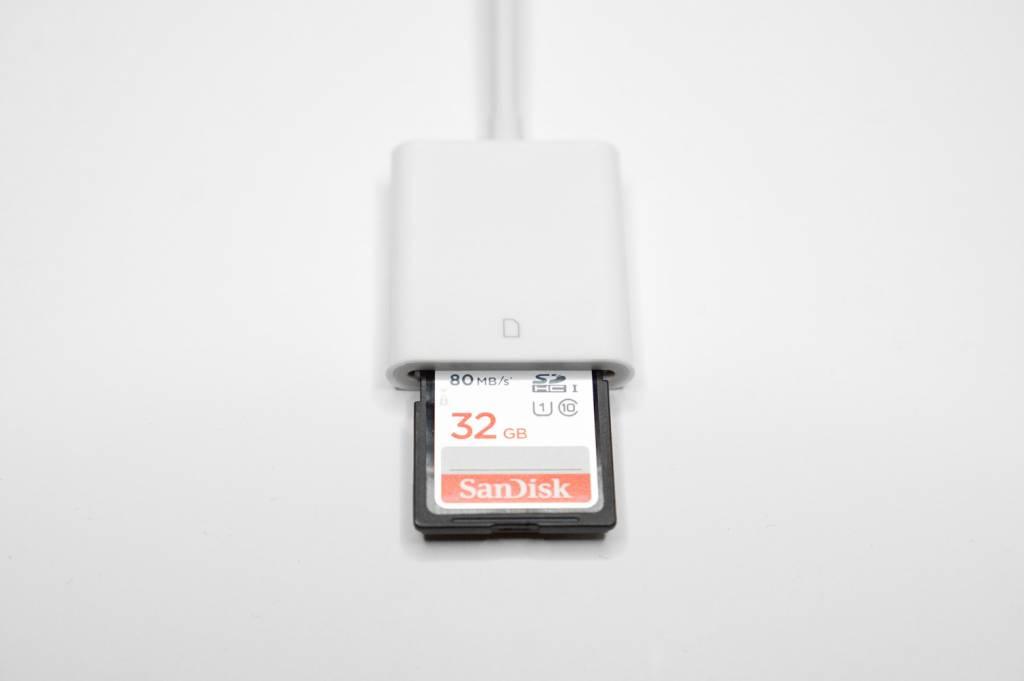 格安のLightning to SDカードリーダーとにSDカード