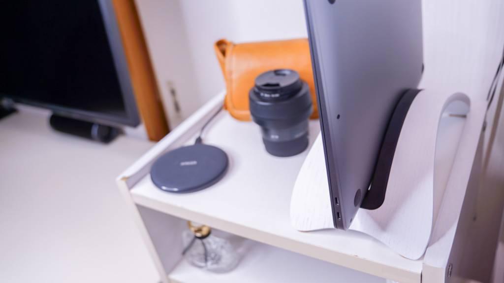 SAMDI天然木アーチ型ノートPCスタンドを配置