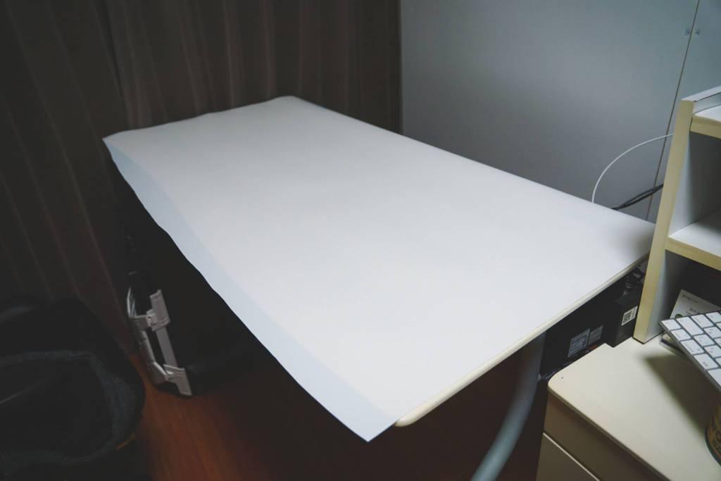 デスク天板に物撮りPVC背景シートを貼り付ける