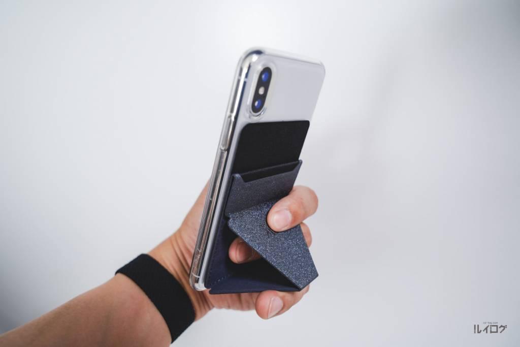 MOFT XをiPhoneXに装着してスマホホルダーとして持つ