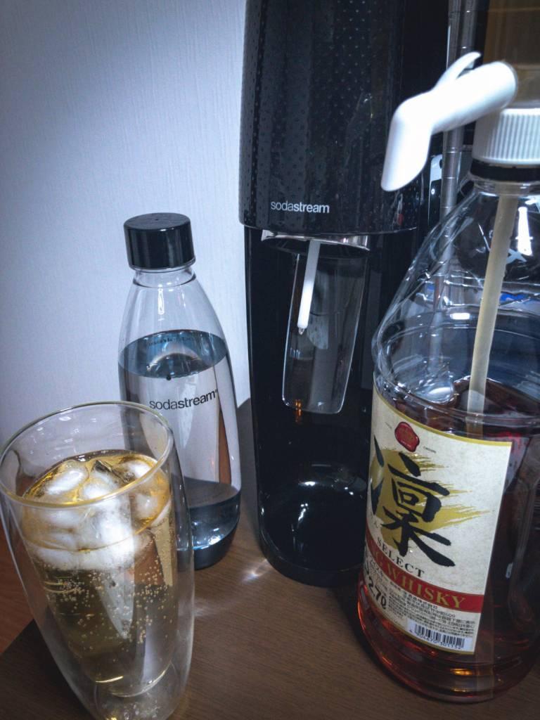 ソーダストリームの炭酸水とウィスキーでハイボールを作成