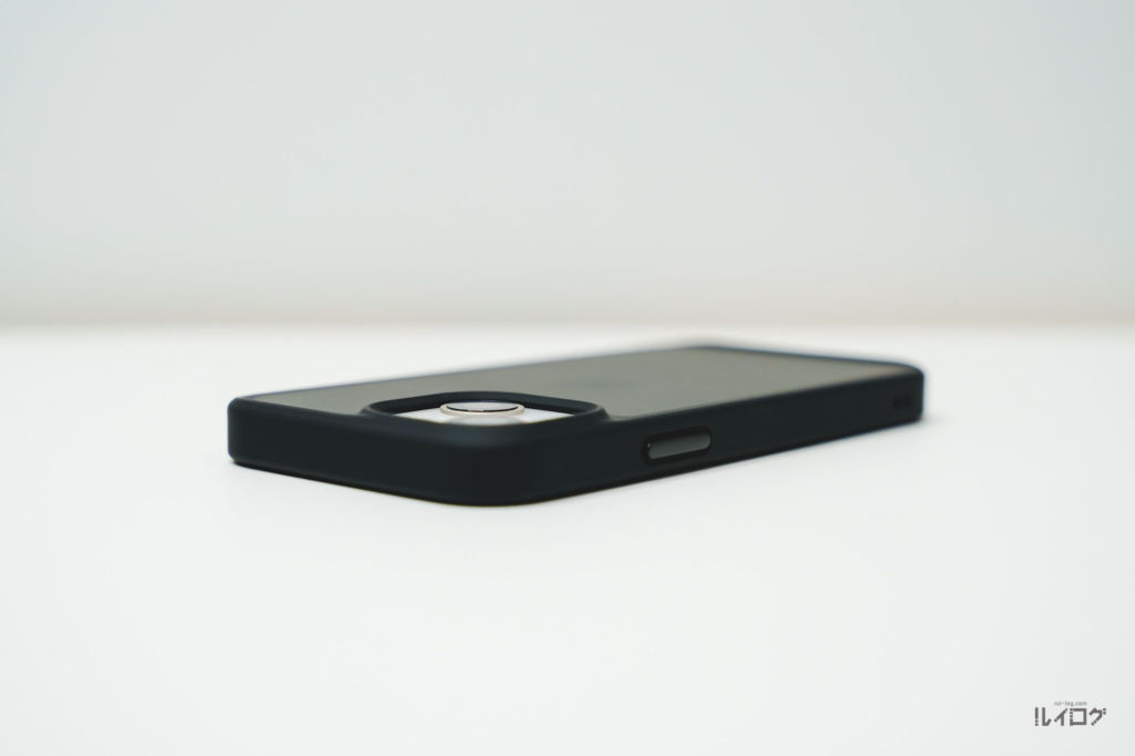 iPhone13miniに耐衝撃性抜群薄型ケースを装着カメラレンズ部分も余裕を持った高さで擦り傷防止