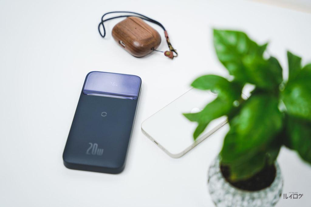 Baseusワイヤレス充電対応モバイルバッテリーとルイログデスク