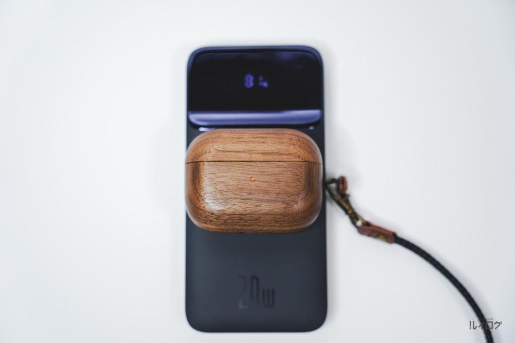 Baseusワイヤレス充電対応モバイルバッテリーでAirPodsProを充電